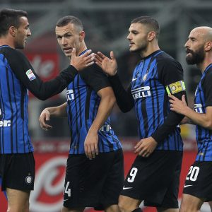 MILAN, ITALY - OCTOBER 24:  Mauro Icardi Of FC Internazionale Celebrates After Scoring With Team-mates The Third Goal During The Serie A Match Between FC Internazionale And UC Sampdoria At Stadio Giuseppe Meazza On October 24, 2017 In Milan, Italy.  (Photo By Marco Luzzani - Inter/Inter Via Getty Images) *** Local Caption *** Mauro Icardi